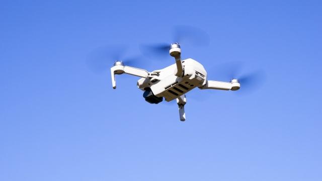 ヘリコプターとの違いは?ドローンが飛行する仕組みと機能を解説;